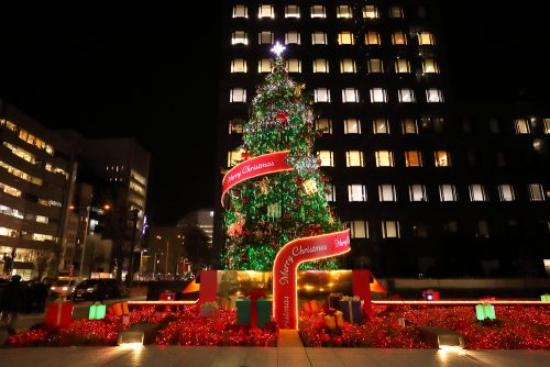 南青山に12メートルのクリスマスツリーが登場!「aoyama christmas circus by avex」開催