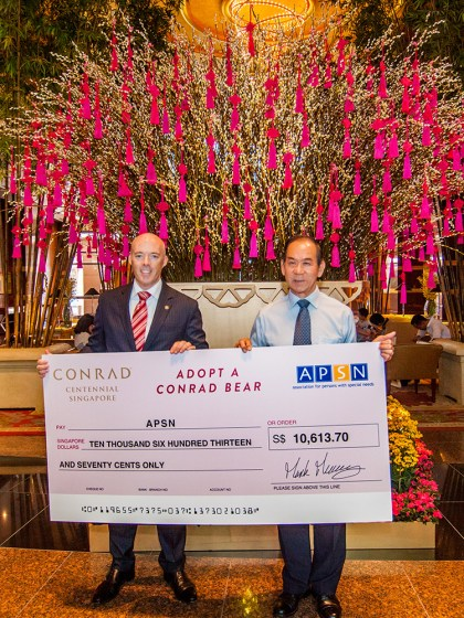 Mark-Meaney,-General-Manager-of-Conrad-Centennial-Singapore-presents-cheque-to-Chan-Chee-Keong,-President-of-APSN