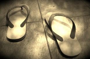 cara benar memakai sandal dan sepatu