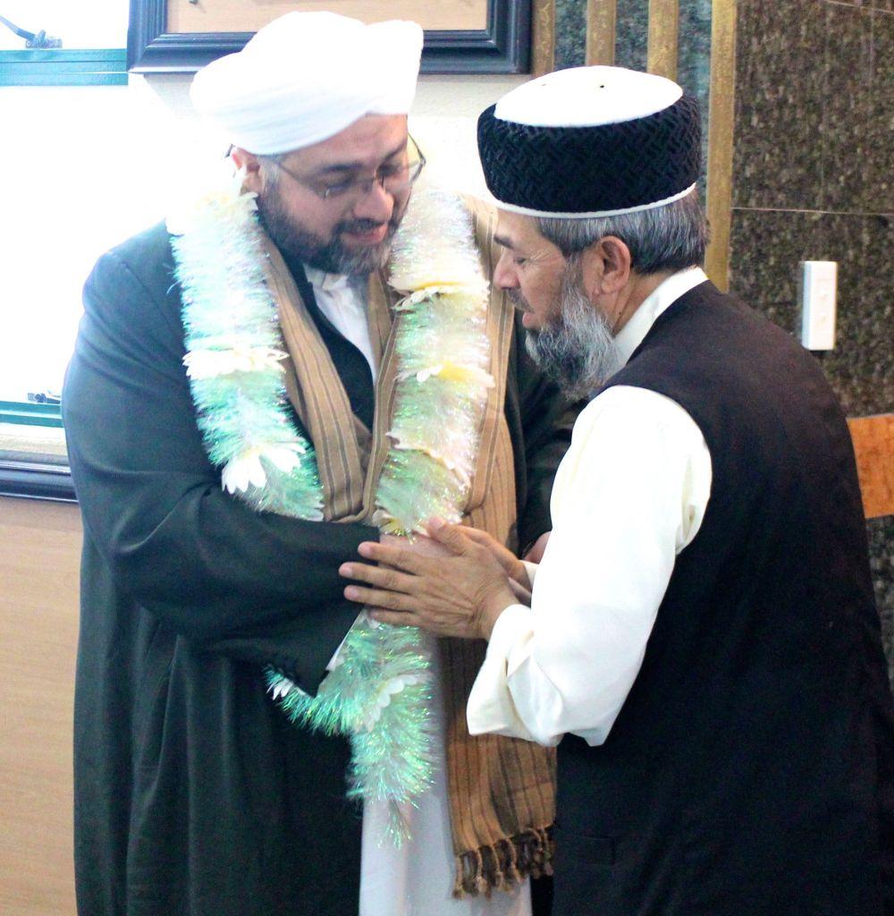 Al-Sheikh Al-Sayyid Afeefuddin Al-Jailani is garland by the principal Mufti MA Hazarvi