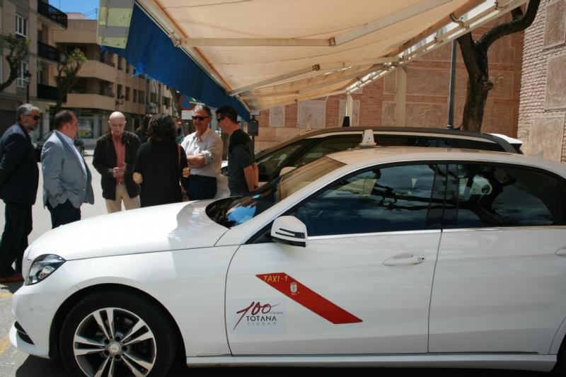 Vídeo. Se coloca la imagen corporativa del Centenario de la Ciudad en seis taxis y 35 vehículos municipales para promocionar este evento histórico y cultural