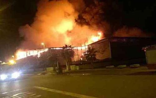 Servicios de emergencia trabajan en la extinción del incendio de una nave agrícola en el polígono industrial de Tota