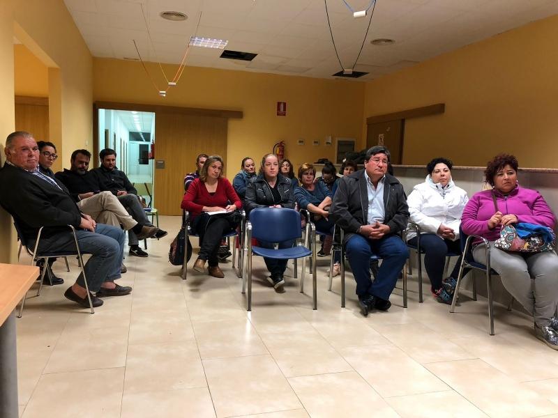 Más de una veintena de padres y madres asisten a la reunión para analizar el futuro de la comunidad educativa y el centro de enseñanza de la pedanía de Lébor