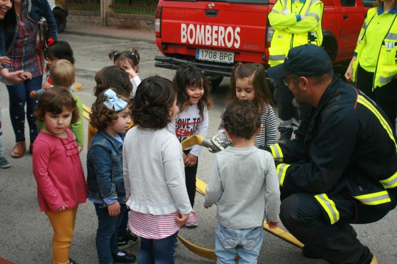 """Alumnos de la Escuela Infantil Municipal """"Clara Campoamor"""" se familiarizan con la labor que realizan los servicios de emergencias y los Cuerpos y Fuerzas de Seguridad"""