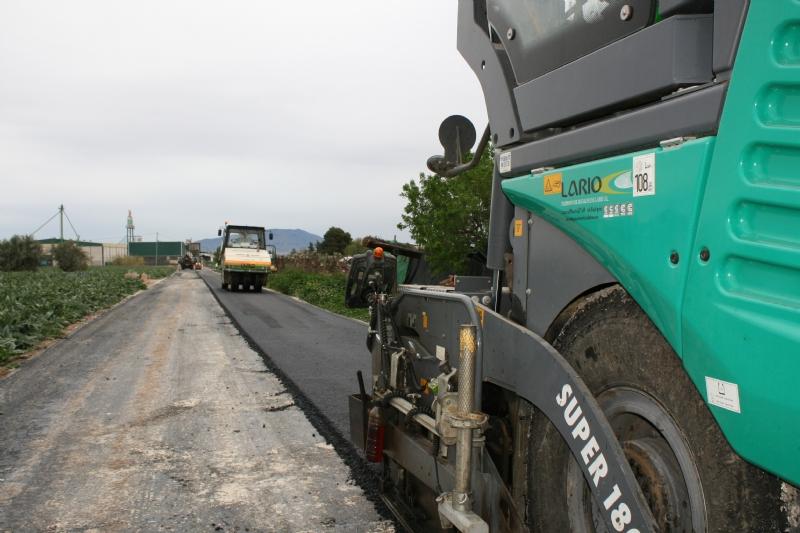 Vídeo. La Concejalía de Caminos pavimenta, con recursos propios, los caminos de COATO y Ezequiel, junto a la Ciudad Deportiva; y acomete numerosos trabajos de parcheo y acondicionamiento en otros
