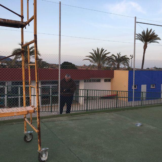 """La Concejalía de Deportes acomete trabajos de renovación del vallado perimetral en las dos pistas de tenis del Polideportivo Municipal """"6 de Diciembre"""""""