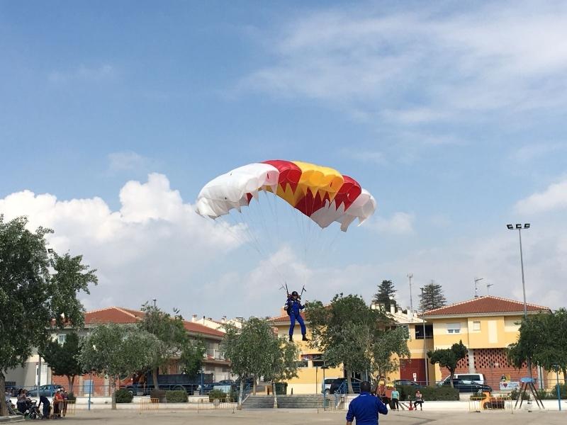 La Patrulla Acrobática de Paracaidismo del Ejército del Aire (PAPEA) saltado en el recinto ferial de Totana apoyando a las lipodistrofias