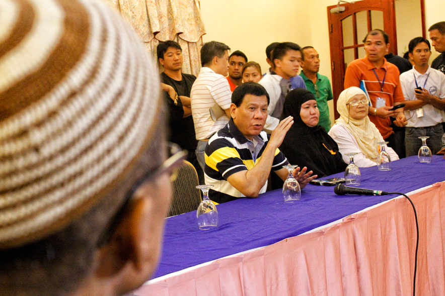 MEETING THE HAJJIS. Davao City Mayor Rodrigo meets participants of the Hajj to Mecca for this year's Ramadan.  The city will cover their travel expenses worth P30,000  (davaotoday.com photo by Medel V. Hernani)