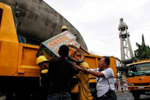 An ice cream cart gets carted by the demolition team in front of the San Pedro Cathedral in San Pedro Street. (davaotoday.com photo by Medel V. Hernani)