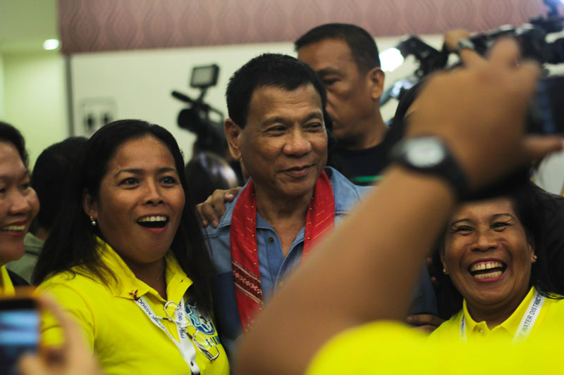 STARSTRUCK. Davao City Mayor Rodrigo Duterte gets the celebrity treatment as he poses with delegates in the National Convention of the Philippine Association of Water Districts at SMX Convention Center. (Ace Morandante/ davaotoday.com)