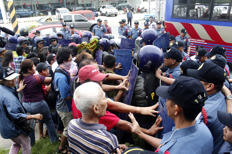 BLOCKED. Activists faced a phalanx of shield-wielding police that foiled their rally at the Waterfront Hotel where President Benigno Aquino addressed leaders of the Autonomous Region in Muslim Mindanao LGU summit. (John Rizle Saligumba/ davaotoday.com)