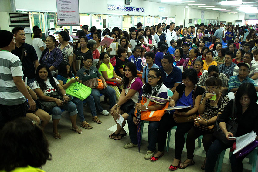 Hundreds of Davaoenos flocked at the Business Bureau Monday to renew their business permits. (Ace R. Morandante/davaotoday.com)