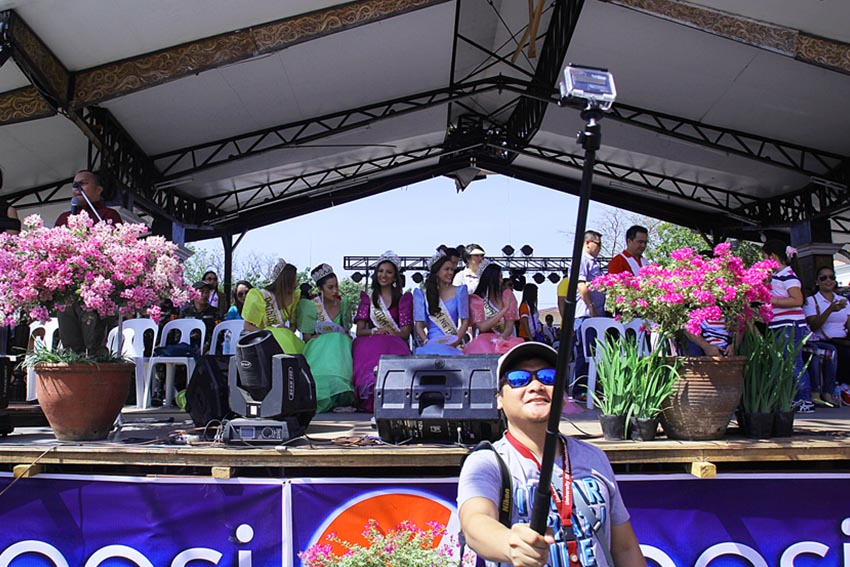 A hobbyist photographer takes a selfie during the 78th Araw ng Davao celebration at San Pedro Street. Behind him are the winners of Mutya ng Davao 2015. (Ace R. Morandante/davaotoday.com)
