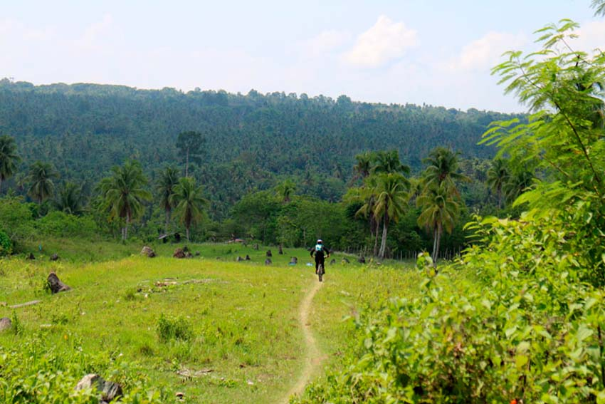 A rider makes his way to the final stretch of the Enduro mountain bike competition trail in Barangay Gatungan, Bunawan District, Davao City. The Enduro Davao 2015 held Sunday was attended by about 150 competitors from different provinces in the country. (John Rizle L. Saligumba/davaotoday.com)