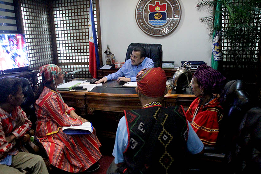 Women Lumad leaders who joined Manilakbayan plead to Manila Mayor Joseph Ejercito Estrada to extend their stay at Liwasang Bonifacio up to November 22. Erap said it is the national government that prevents them to stay just up to November 12 in preparation for APEC summit here. (Earl O. Condeza/davaotoday.com)