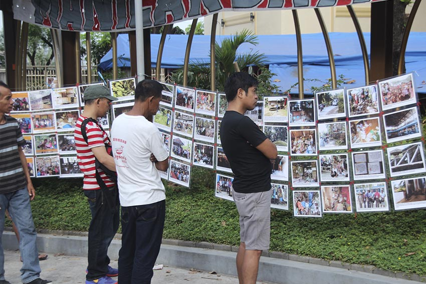 Churchgoers in Baclaran Church stop to look at the photo exhibit displayed along the path walk of the church. The exhibit were put up by the delegates of the human rights caravan Manilakbayan 2015 to show images of victims of extra-judicial killings and school attacks in Mindanao. (Earl O. Condeza/davaotoday.com)