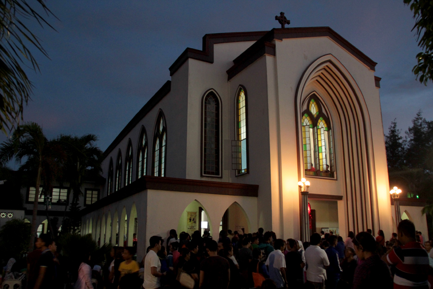 Catholic devotees flock together at the Carmelite Church in Lanang, Davao City during the last night of Simbang Gabi. The  (Ace R. Morandante/davaotoday.com)