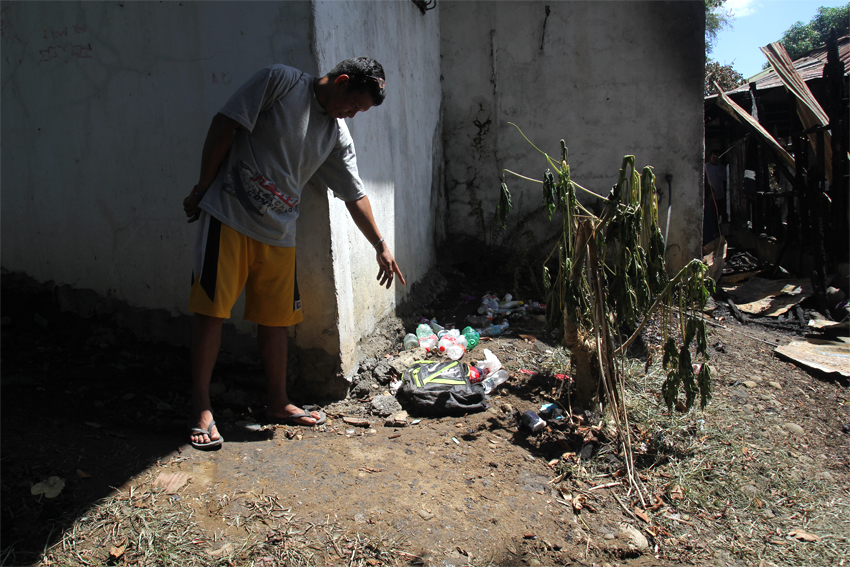Datu Mintroso Malibato shows a backpack with 1.5 liters of gasoline that was seen at the back of the burned student dormitory. (Photo by Ace Morandante/davaotoday.com)