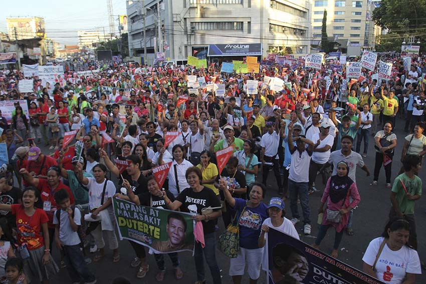 Thousands of Davaoeños gathered at the corner of Pichon Street and Roxas Avenue in Davao City to mark the beginning of Mayor Rodrigo Duterte's presidential campaign on Tuesday, February 9. The candidate, however, launched his presidential race in Manila's Tondo district, where he was joined by his running mate, Senator and vice presidential candidate Alan Peter Cayetano. (Ace R. Morandante/davaotoday.com)