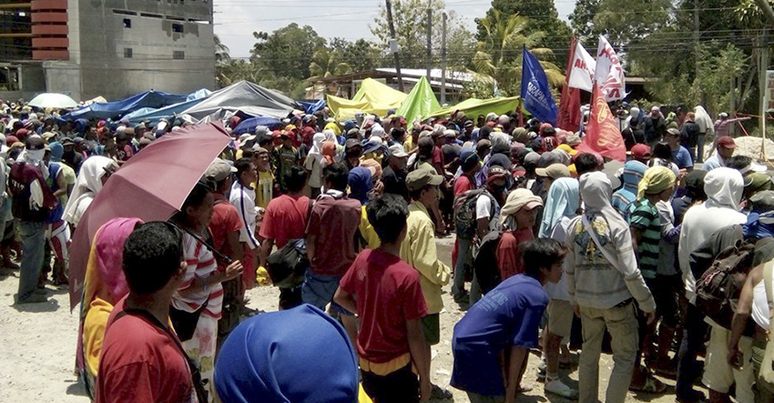 The farmers start blocking the whole stretch of Quezon Boulevard in Kidapawan City, paralyzing the traffic as early as 5:30 in the morning. (Danilda L. Fusilero/davaotoday.com)