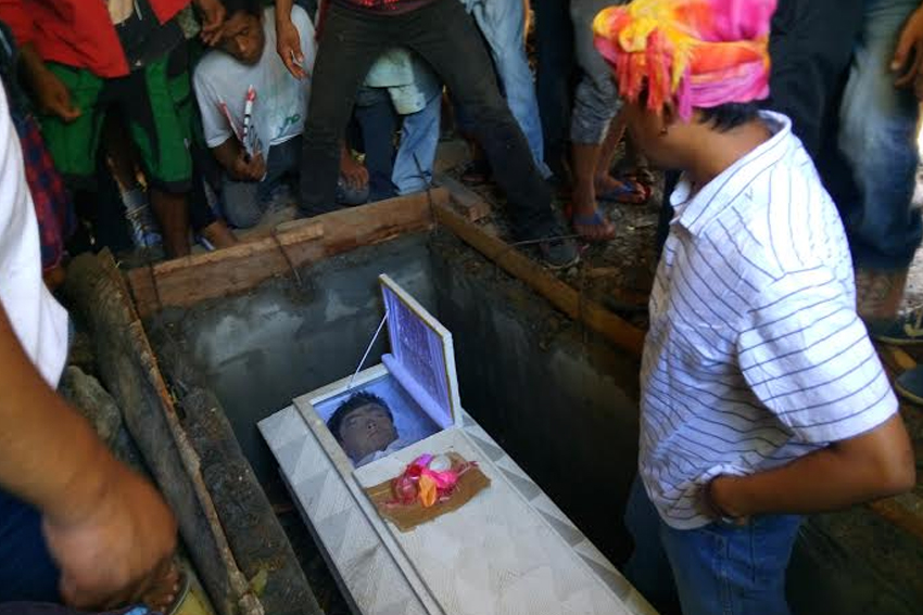 FAREWELL. Darwin Sulang's coffin is opened on its way to the burial ground so his families and fellow farmers may have a last glance of him. Sulang was killed with a gunshot during the violent dispersal in Kidapawan protest on April 1. (Earl O. Condeza/davaotoday.com)