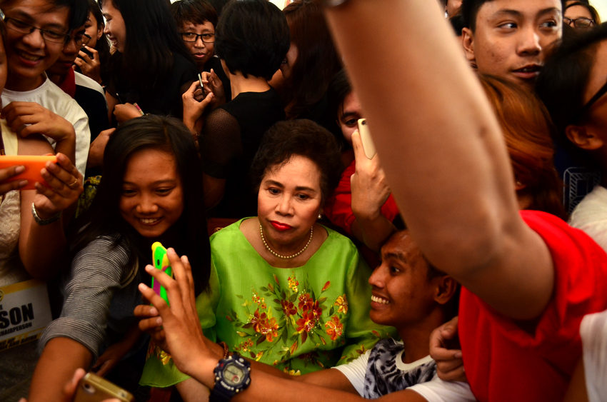 Presidential candidate Senator Miriam Defensor Santiago poses for a group picture with the students of the University of the Philippines in Davao City on Wednesday. (Paulo C. Rizal/davaotoday.com)