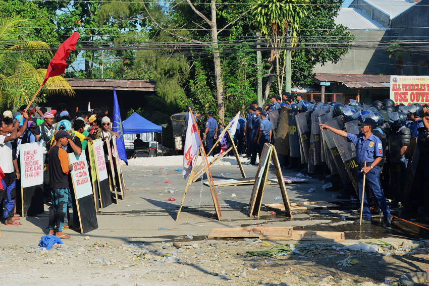 ON HOLD. After having their breakfast on Thursday morning (March 31) angry farmers formed barricade lines as police attempt to enter their barricade convincing individuals to go with them and be brought home to their respective communities. (Earl O. Condeza/davaotoday.com)