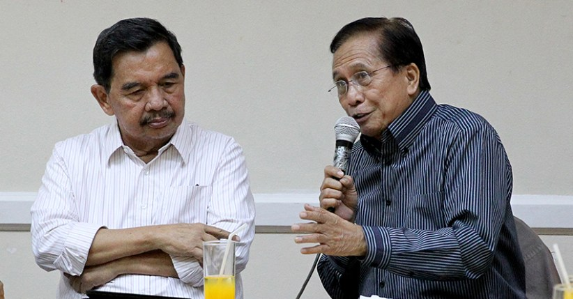 Presidential Peace Adviser Jesus Dureza speaks with former Cotabato mayor and a Moro National Liberation Front (MNLF) leader Muslimin Sema about a possible merger between the MNLF and Moro Islamic Liberation Front (MILF) during their meeting at the Apo View Hotel in Davao City on Tuesday, August 9, 2016.  (Karl Norman Alonzo/PPD)