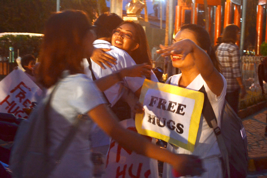 FREE HUGS IN ROXAS NIGHT MARKET