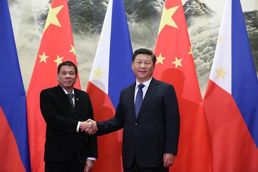 Philippine President Rodrigo Duterte and People's Republic of China President Xi Jinping meet and shake hands prior to their bilateral meetings at the Great Hall of the People in Beijing on Thursday, October 20. (King Rodriguez/PPD)
