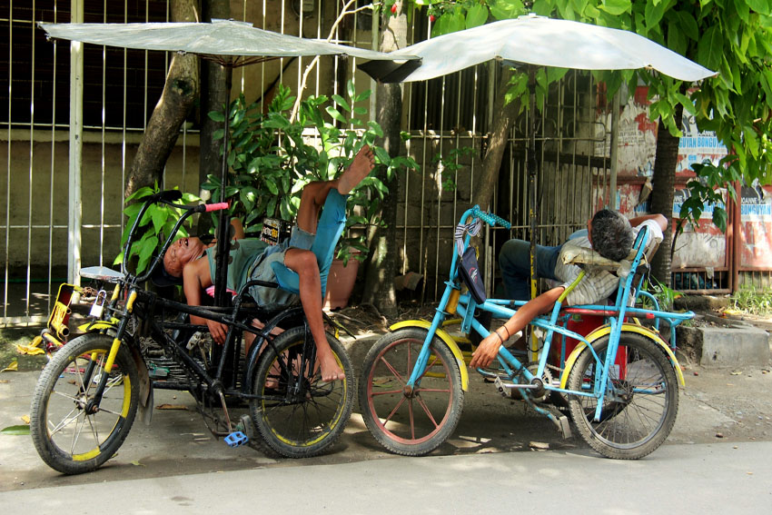 SIESTA. Two trisikad drivers, a local term for a cycle rickshaw, take their nap while waiting for passengers along Fatima Street in Davao City on Wednesday afternoon, Dec. 7. (Maricar Emata/davaotoday.com)