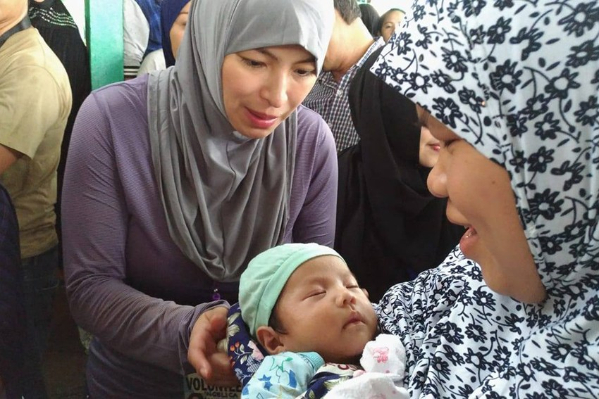 Doing her part: Actress Angel Locsin visits Marawi evacuees