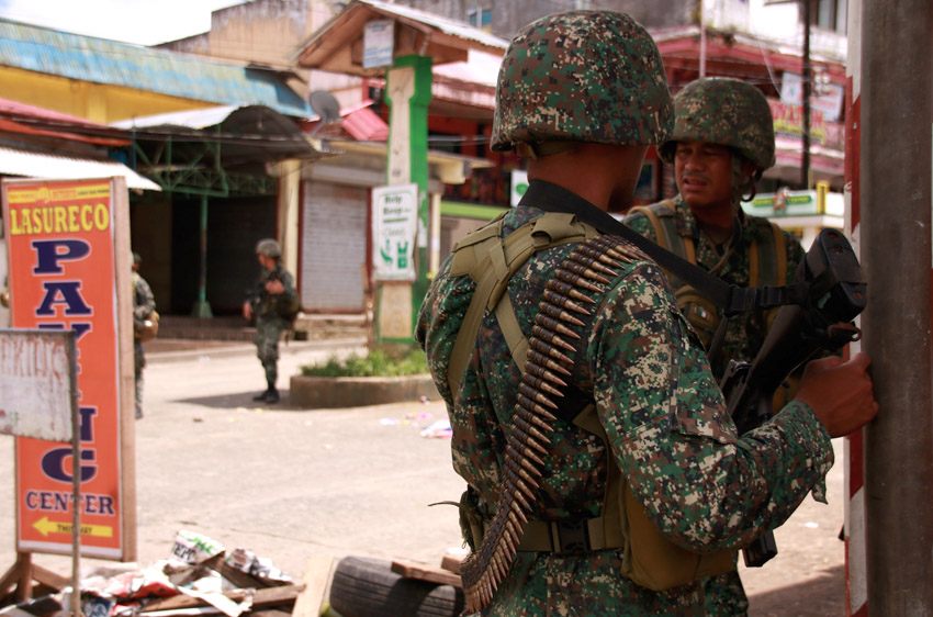 Dozens flee Islamist gunmen in war-torn Philippine city