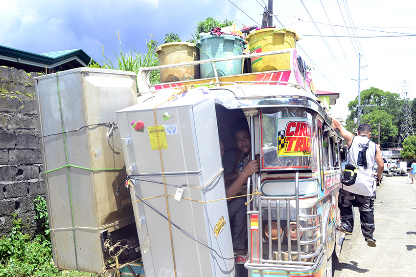 Marawi residents brave the streets to get belongings