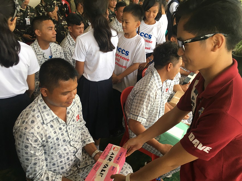 Soldiers fighting in Marawi get gifts from Oro students