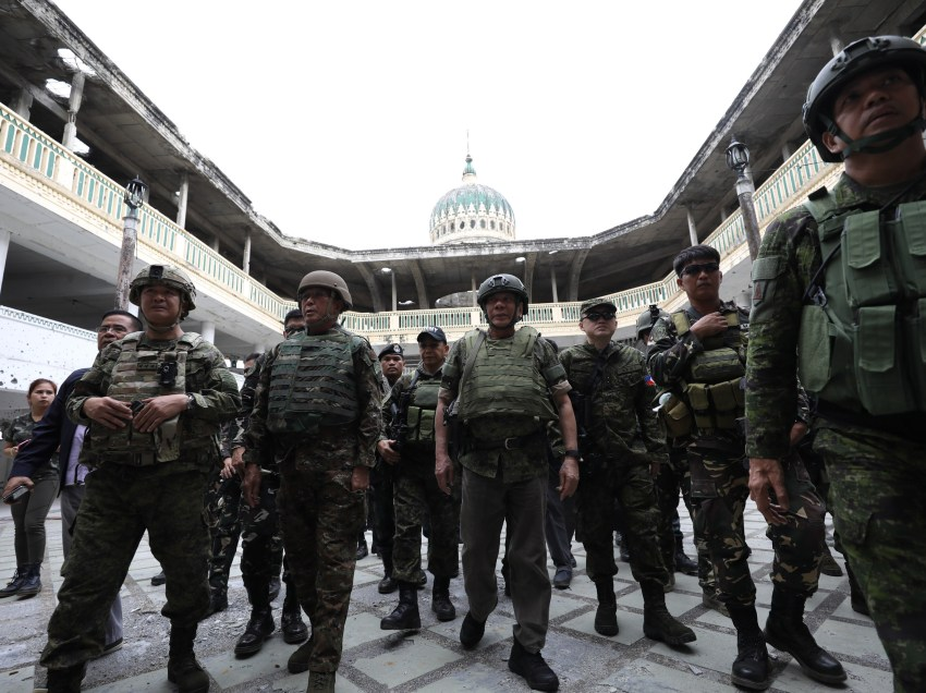 Troops claim enemy's hold in Marawi 'decreasing'
