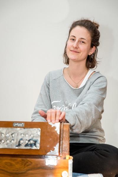 Ulrike Schäfer Yogalehrerin am Harmonium