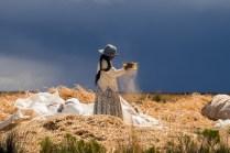 Una muchacha ventea la Quinua