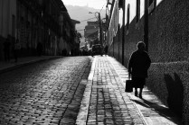 Señora camina en las calles de La Paz