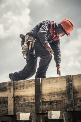 Albañil trabaja en una obra en La Paz mientras masca hoja de coca