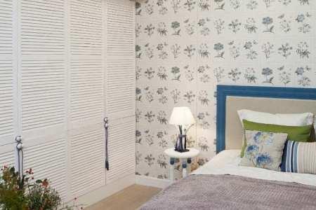 farbideen schlafzimmer landhausstil weiss blau gruen einbau kleiderschrank blumenmotive