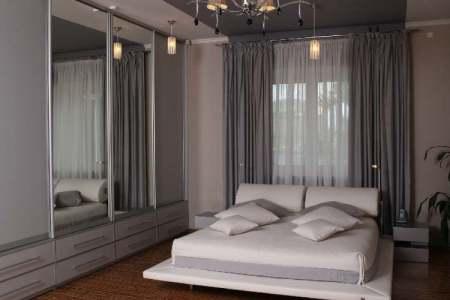 farbideen schlafzimmer wand creme decke lila grau weisses bett