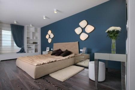 schlafzimmer farbideen dunkelblau beige wandleuchten
