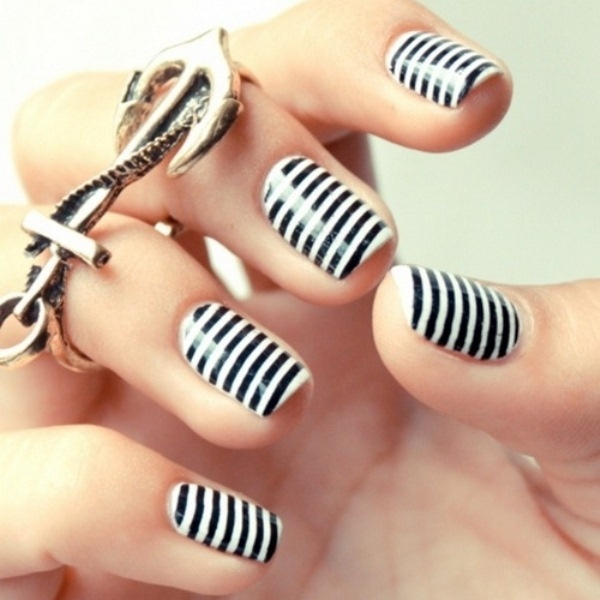 ongles-nail-art-tendance-manucure-rayée-graphique