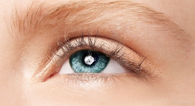 maquillage-yeux-idee-ete-cils-sourcils-fard-paillettes