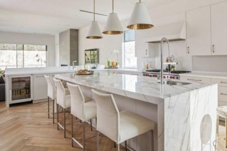 plan de travail marbre dosseret ilot central lampe plafond evier armoires rangement