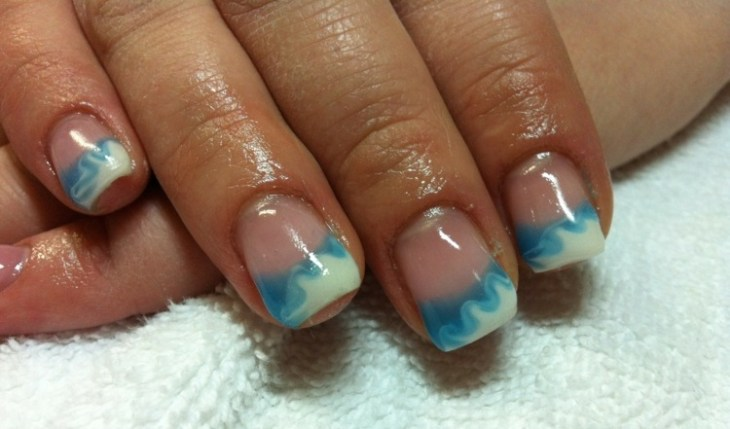 French-manucure-gel-blanc-bleu