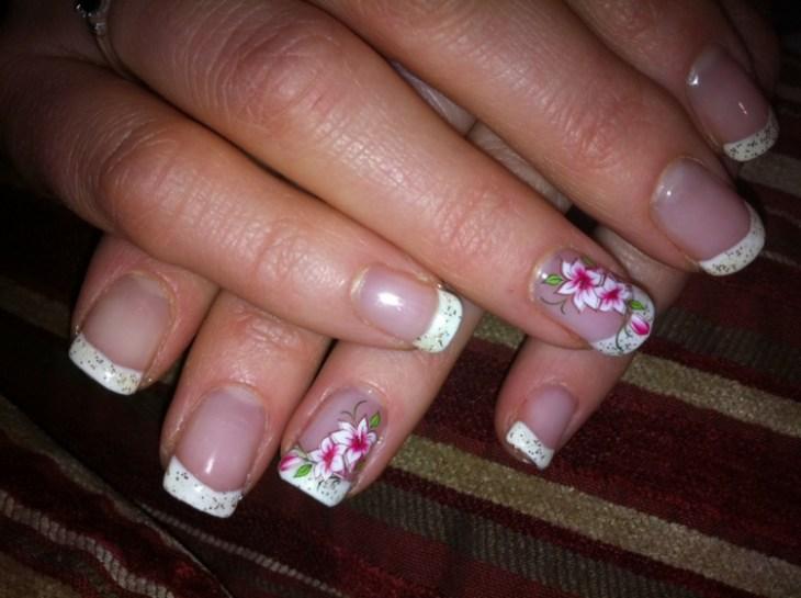 French-manucure-gel-deco-fleurs-paillettes