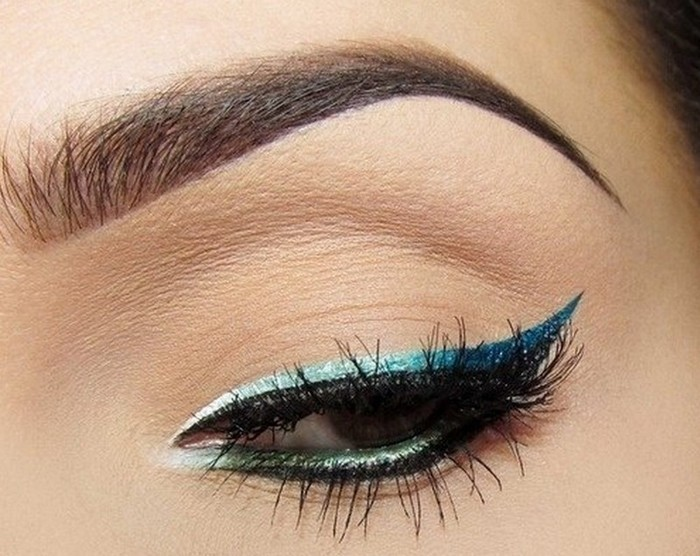 idees-maquillage-ete-eye-iner-pailleté-turquoise-cils-artificiels