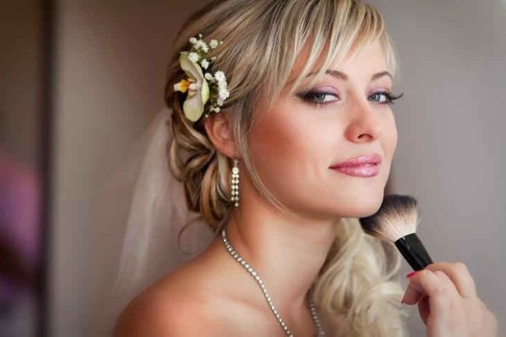 maquillage-mariée-blonde-fard-paupières-beige-rouge-lèvres-rose-fleur-cheveux
